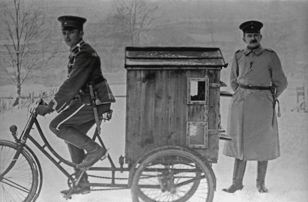 Birinci Dünya Savaşı'ndan önce bisikletler İngiltere, Fransa, İtalya, Belçika ve Rusya'da silahlı kuvvetler tarafından zaten kullanılıyordu.