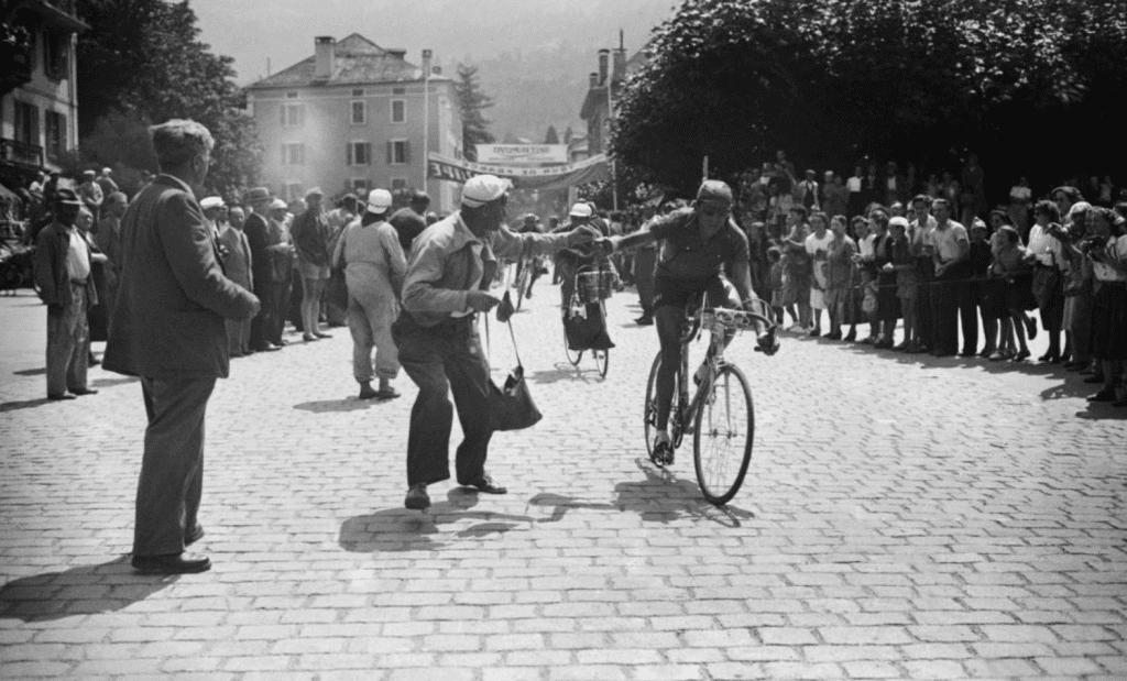 Efsanevi Fausto Coppi, musetteden bir atıştırmalık kapıyor.